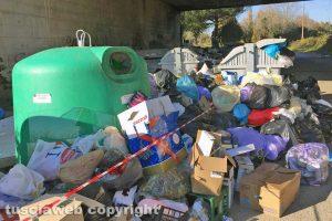 Viterbo - I rifiuti lungo strada Castiglione
