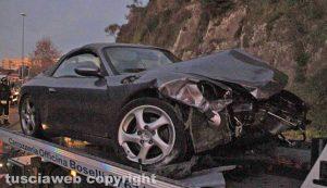Viterbo - Porsche abbatte un palo e si schianta contro un muro di cemento