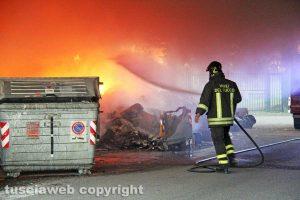 Viterbo - Incendio di rifiuti in strada Castiglione