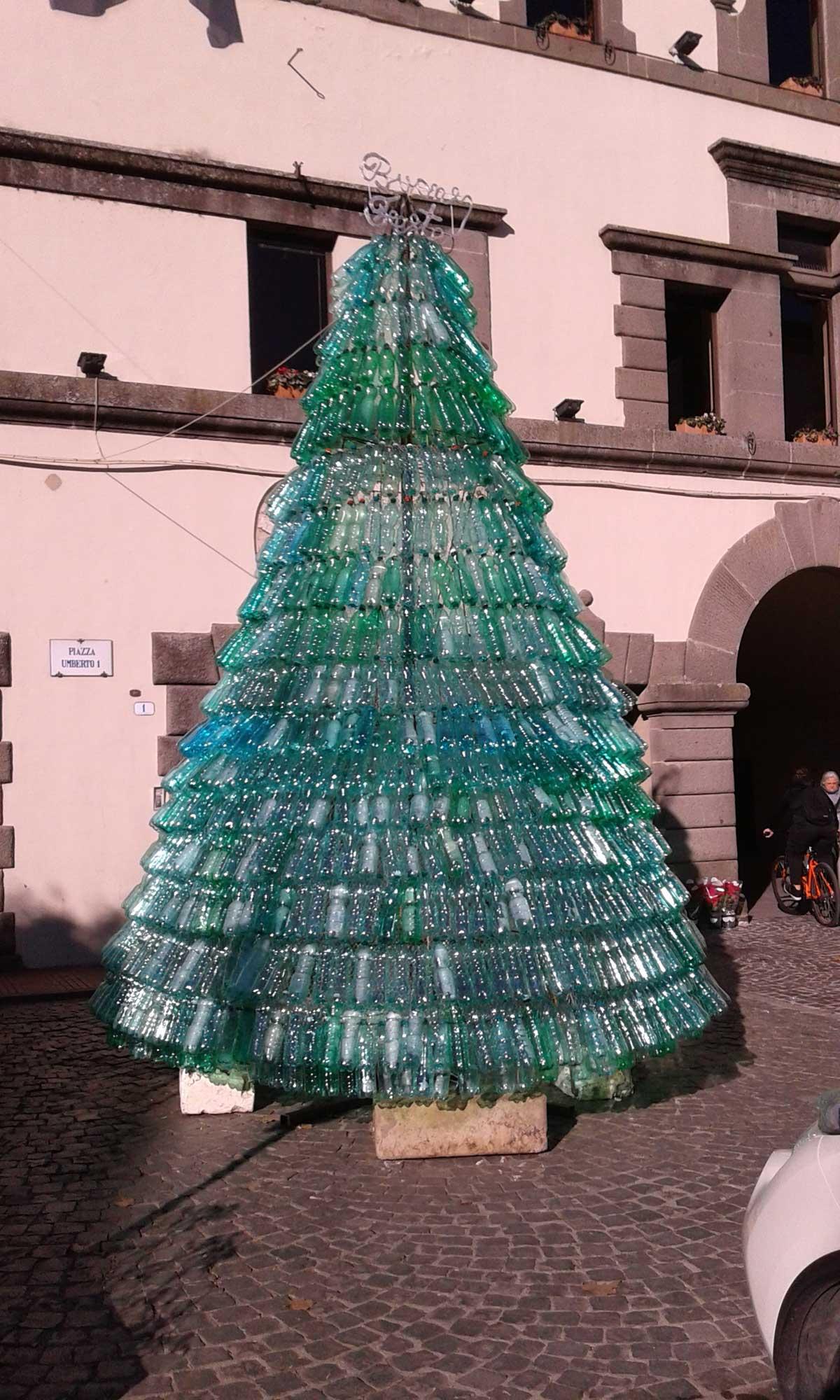 Albero Di Natale Ecologico.Un Albero Di Natale Ecologico Fatto Di Bottiglie Tusciaweb Eu