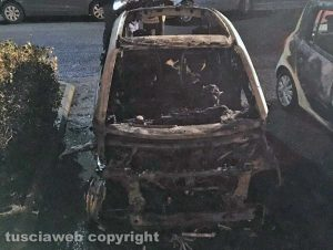 Viterbo - L'auto del consigliere comunale Claudio Ubertini distrutta dalle fiamme