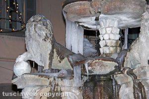 Viterbo - Stalattiti di ghiaccio sulla fontana di piazza delle Erbe