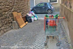 Viterbo - Rifiuti e sporcizia in via della Parrocchia