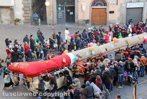 Viterbo - La calza della Befana più lunga del mondo