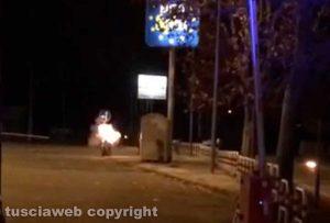 Civita Castellana - Allarme bomba - L'intervento dei carabinieri e artificieri - La valigia viene fatta brillare