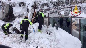 Farindola - L'hotel Rigopiano sommerso dalla neve - I soccorsi