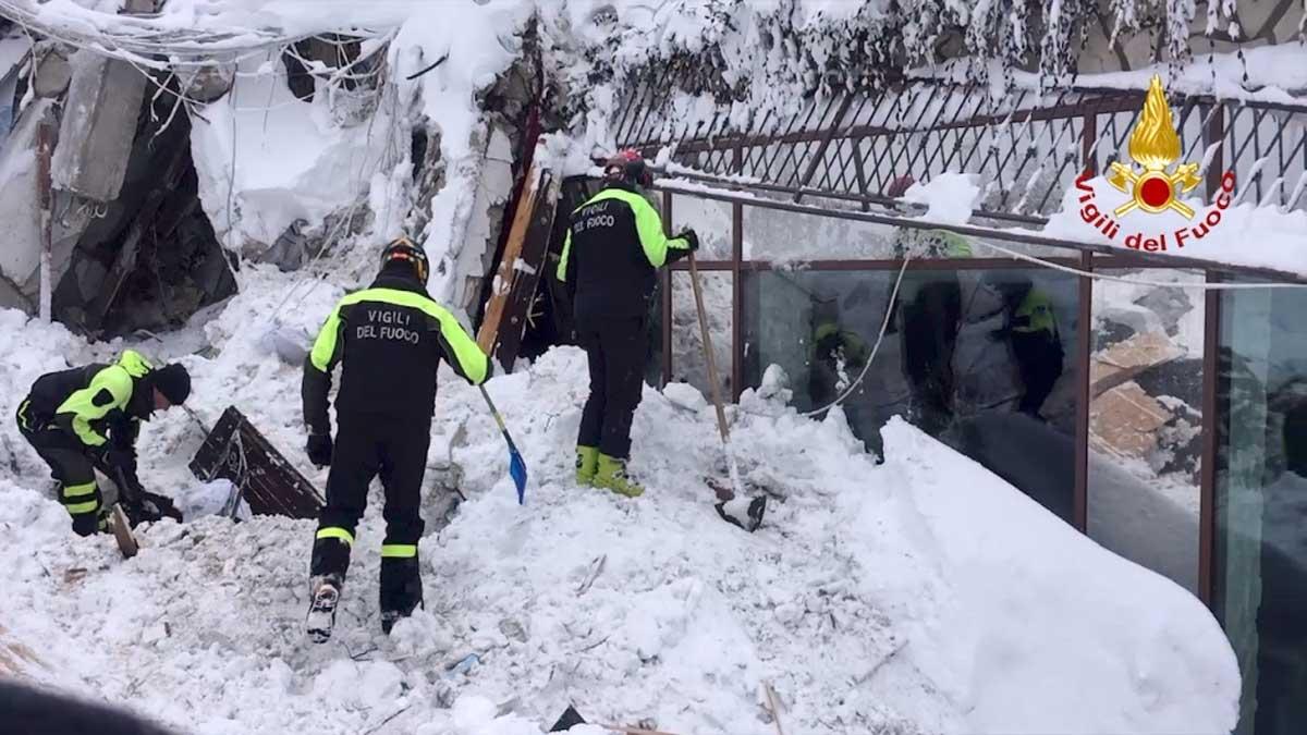 Farindola- L'hotel Rigopiano sommerso dalla neve- I soccorsi