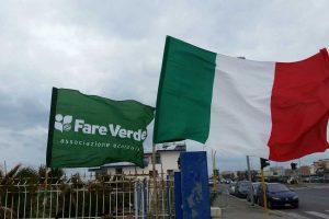 La bandiera italiana e quella di Fare verde