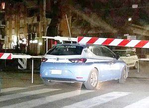 Viterbo - Volante della polizia bloccata sotto le sbarre del passaggio a livello di porta Fiorentina