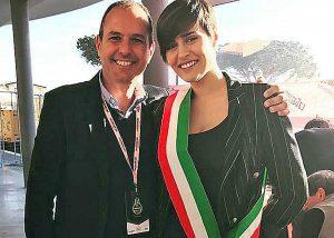 Montalto di Castro - Alice Sabatini con la fascia da sindaco insieme al primo cittadino Sergio Caci