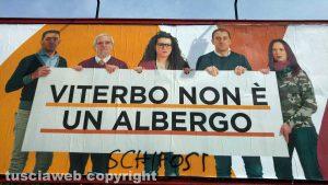 """Viterbo - Il cartello del movimento Viterbo 2020 con la scritta """"schifosi"""""""