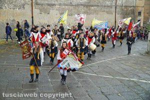 Viterbo - Boccioli, rosine e sbandieratori in corteo per santa Rosa