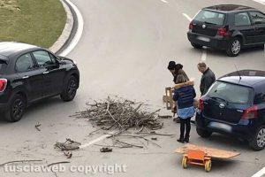 Il carico di legname caduto sulla rotatoria