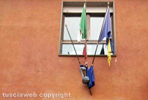 Viterbo - Tricolore strappato all'ingresso di un ufficio comunale
