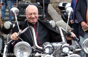 Il vescovo Fumagalli in sella a una moto