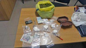 Ronciglione - La droga e il materiale sequestrato dai carabinieri