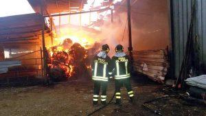 Vigili del fuoco in azione per spegnere un incendio in una rimessa agricola