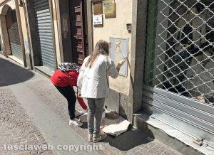 Viterbo - Centro storico - Le associazioni Viterbo clean up e Facciamo centro puliscono corso Italia