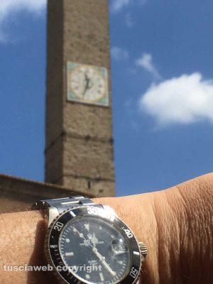 La torre di piazza del Comune che segna ancora l'ora solare