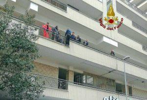 Civitavecchia - Uomo minaccia di buttarsi dal balcone