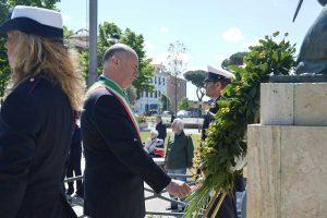 Tarquinia - Il sindaco Mazzola al monumento dei caduti