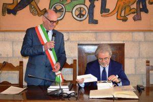 Tarquinia - Il sindaco Mazzola e il prefetto D'Angelo nella sala consiliare