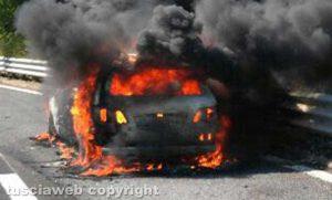 Auto in fiamme sulla Orte-Viterbo - La Mercedes incendiata