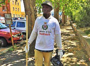 Orte - Un volontario si prende cura delle aiuole