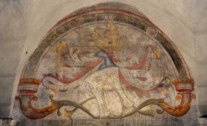 L'arco d'ingresso a Calcata con il simbolo degli Anguillara