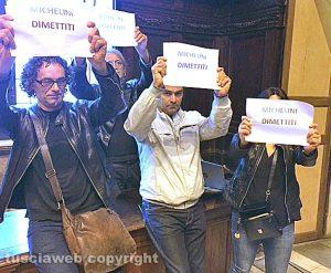 Viterbo - Consiglio comunale saltato - La protesta dei militanti 5 stelle