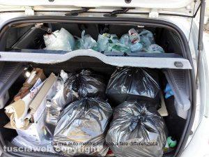L'auto di Massimo Asquini piena di immondizia