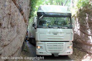 Viterbo - Camion si incastra in strada Signorino