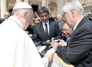 Donate la divisa e la cintura nera di taekwondo a papa Francesco