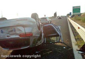 Tarquinia - Fuori strada con la macchina, un ferito