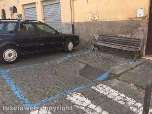 Sutri - Panchina su un parcheggio a pagamento