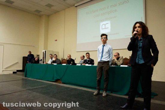 """Il convegno """"Quarto strato"""", organizzato dall'istituto tecnico tecnologico Leonardo da Vinci - La professoressa Lina Deriu e lo studente Matteo Cavallo"""