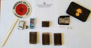 Madre, figlio e amico beccati con hashish, coca ed eroina - La droga sequestrata
