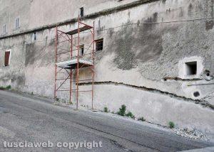 Viterbo - L'impalcatura in via Marche a San Martino al Cimino