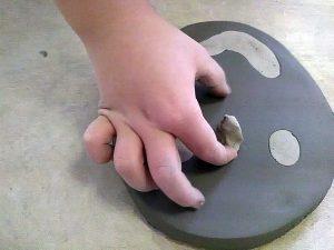 Bambini che giocano con l'argilla