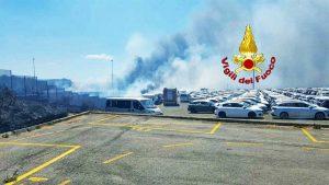 Civitavecchia - Incendio vicino al centro commerciale, danneggiate 30 auto