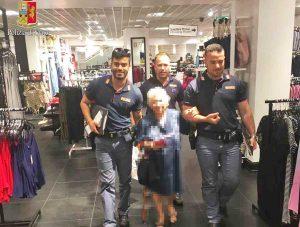 Roma - I poliziotti con la 91enne