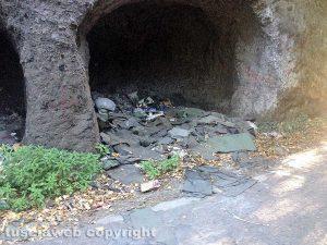 Viterbo - Strada Riello piena di rifiuti