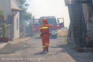 Un incendio - L'intervento di vigili del fuoco e protezione civile