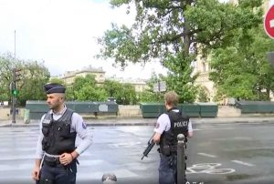Parigi - Agente spara a uomo che tenta d'aggredirlo