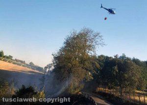 Celleno - Incendio - Bosco e sterpaglie in fiamme - Intervento con l'elicottero