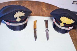 Carabinieri - Punta un coltello alla testa e al collo del benzinaio e lo ferisce - Le armi sequestrate