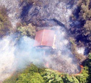 Dall'elicottero dell'Esercito - Casa avvolta dalle fiamme