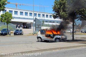 Viterbo – Auto a fuoco nel parcheggio del tribunale