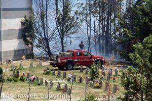 Viterbo - L'incendio intorno al cimitero nuovo