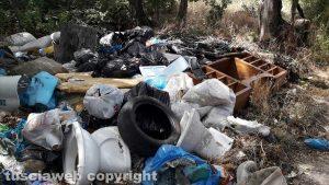 I rifiuti in strada Riello direzione fontana del Boia